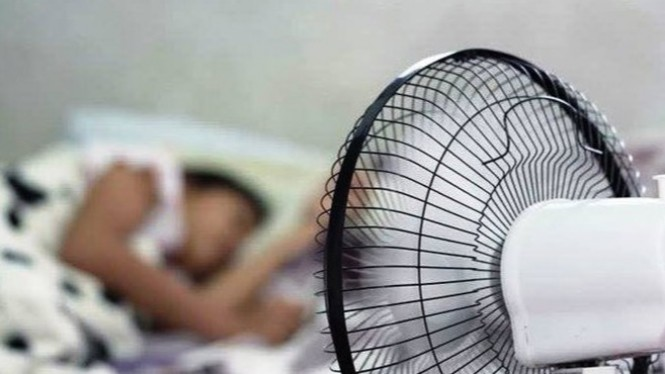 Tidur dengan kipas angin.