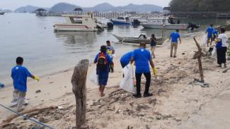 Aksi bersih pantai Pede di Labuan Bajo, NTT