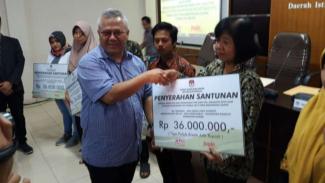 Ketua KPU RI, Arief Budiman serahkan santunan kepada ahli waris KPPS yang meninggal.
