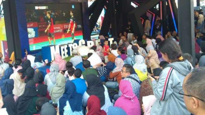 Suasana nonton bareng Indonesia Open di area Istora GBK.