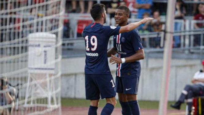 Pablo Sarabia dan Kylian Mbappe rayakan gol Paris Saint-Germain.
