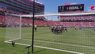 Pemain Benfica rayakan gol ke gawang Guadalajara.