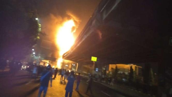 Kebakaran truk tanki di Tol Rawamangun Minggu dini hari.