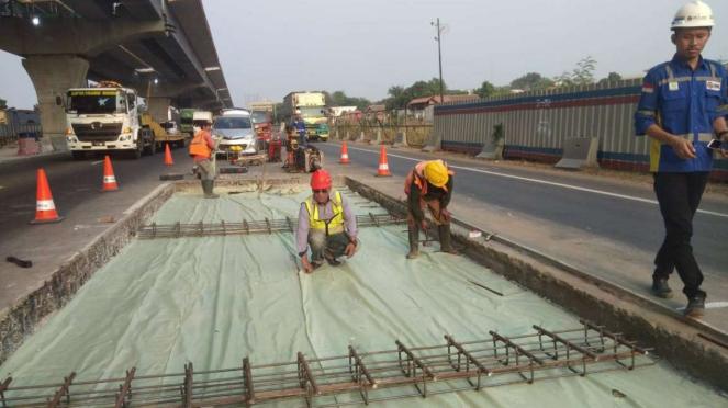 Proyek perbaikan jalan di Tol Jakarta-Cikampek.