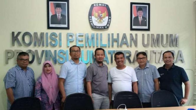 Seluruh komisioner berfoto bersama, usai rapat pleno pemilihan Ketua KPU Sumut.