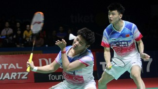Ganda campuran China Wang Yi Lyu (kanan) dan Huang Dong Ping (kiri) melawan ganda campuran China Zheng Siwei dan Huang Ya Qiong dalam final Blibli Indonesia Open 2019 di Istora Gelora Bung Karno, Jakarta, Minggu 21 Juli 2019