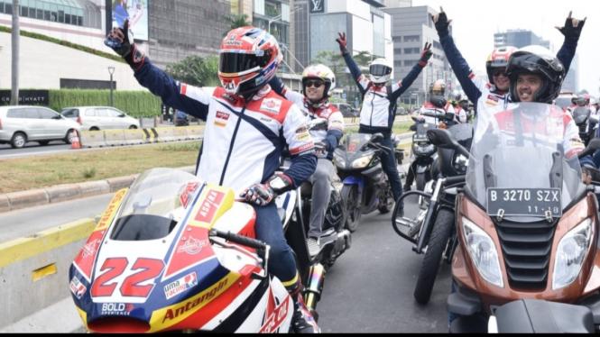 Pembalap Moto2, Sam Lowes, saat riding di jalanan Jakarta.