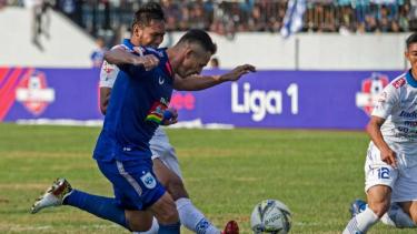 Bek Persib Bandung, Saepulloh Maulana (kiri) saat melawan PSIS Semarang.