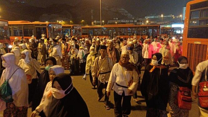 Kepadatan jemaah haji di terminal bus Syib Amir