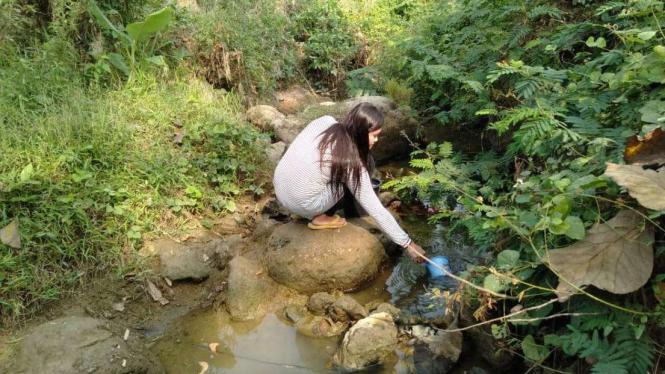 Warga sedang mencari air bersih di tengah kondisi kekeringan.