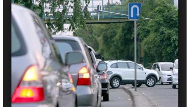 Sein kendaraan di jalan raya.