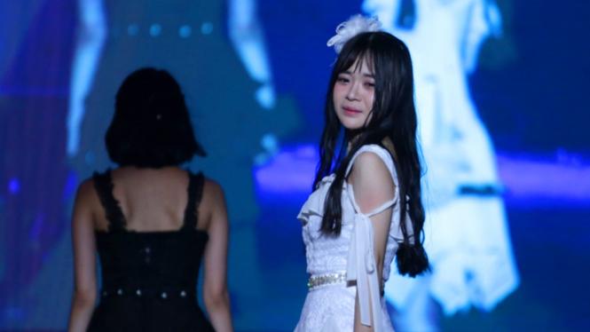 FOTO: Air Mata Yupi JKT48 di Konser Kelulusanya