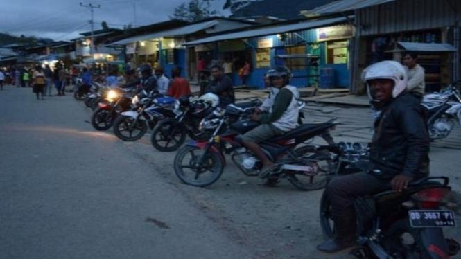 Pengendara motor di Papua.