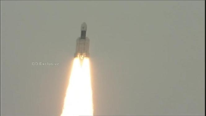 Roket lepas landas membawa wahana Chandrayaan-2 ke Bulan