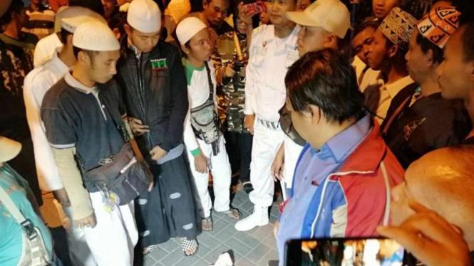 Suasana penolakan HUT PRD oleh massa kontra di Sekretariat PRD Jatim di Jalan Bratang Surabaya, Jawa Timur, pada Senin malam, 22 Juli 2019.