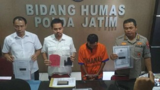 Polisi memperlihatkan RSS, oknum pembina Pramuka di Surabaya yang ditetapkan tersangka pencabulan anak di bawah umur di Markas Polda Jatim di Surabaya pada Selasa, 23 Juli 2019.