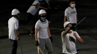 Sebagian besar penyerang memakai kaus putih dan bermasker. - Reuters