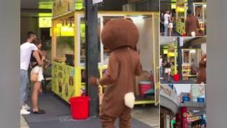Pria memakai kostum beruang.