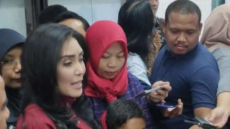 Terpidana perkara pelanggaran Undang-Undang Informasi dan Transaksi Elektronik, Baiq Nuril, mendatangi gedung MPR/DPR di Jakarta, Selasa, 23 Juli 2019.