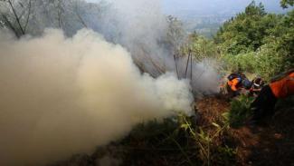 Pemadaman api di Gunung Panderman.