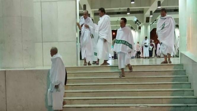 Jemaah haji Indonesia mengambil miqot di Masjid Aisyah, Taniem, Mekah