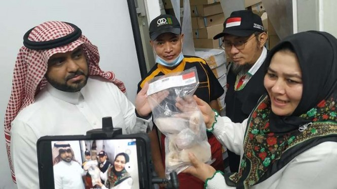 Pengendali Teknis Pelayanan Luar Negeri Sri Ilham Lubis di dapur katering Madina