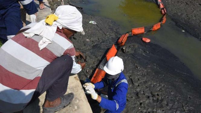 Tim Emergency PHE Bersama Warga Intensif Bersihkan Pantai.