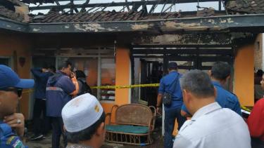 Tim Pemadam Kebakaran memeriksa sebuah rumah kontrakan usai kebakaran hebat di Kota Batu, Jawa Timur, Rabu pagi, 24 Juli 2019.
