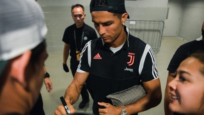 Adipati Dolken dapat Tanda Tangan Christiano Ronaldo
