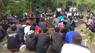 Pemakaman empat jenazah bocah korban kebakaran sebuah rumah kontrakan di Kota Batu, Jawa Timur, Rabu siang, 24 Juli 2019.