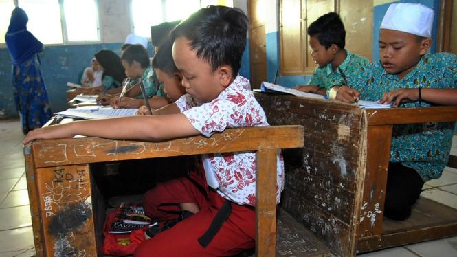 Sekolah Kekurangan Meja dan Bangku Sekolah