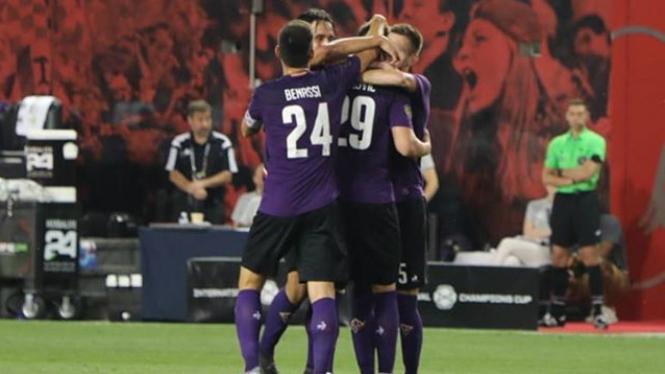 Para pemain Fiorentina merayakan gol