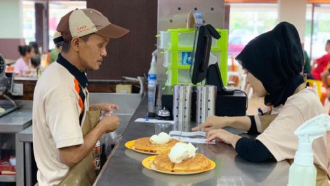 Pekerja disabilitas di restoran cepat saji di Petaling Jaya, Malaysia
