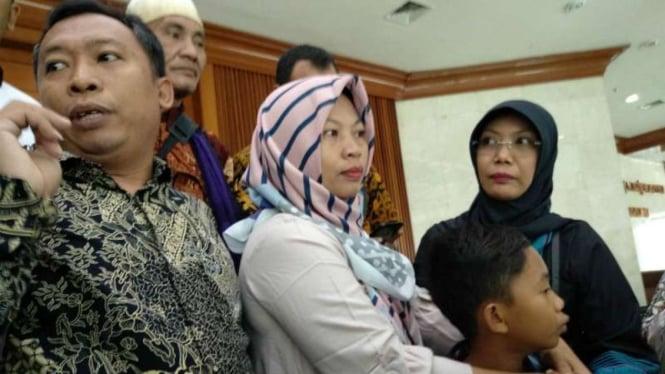 Baiq Nuril, terpidana pidana pelanggaran Undang-Undang tentang Informasi dan Traksaksi Elektronik, usai bersujud syukur di lantai ruang paripurna DPR RI, kompleks Parlemen, Jakarta, Kamis 25 Juli 2019.
