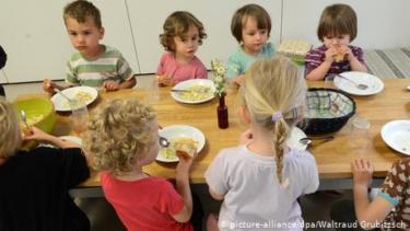 https://thumb.viva.co.id/media/frontend/thumbs3/2019/07/25/5d39552829545-kindergarten-jerman-ingin-hapus-daging-babi-dari-menu-makanan-orang-tua-protes_375_211.jpg