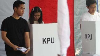 Putra sulung Jokowi, Gibran Rakabuming Raka (kiri), saat di TPS.