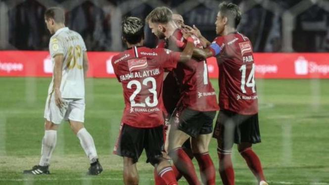 Para pemain Bali United merayakan gol Melvin Platje (tengah)