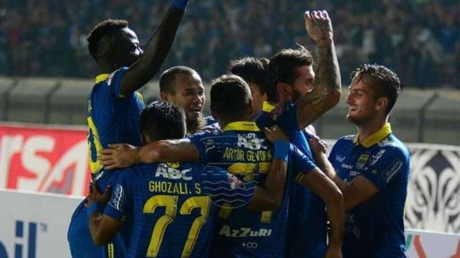 Para pemain Persib Bandung merayakan gol