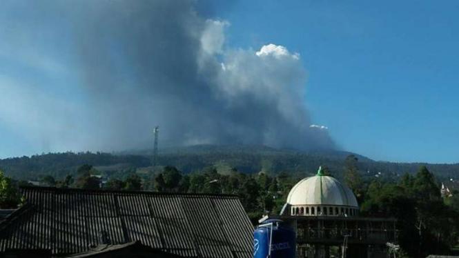 Kolom abu Gunung Tangkuban Perahu.