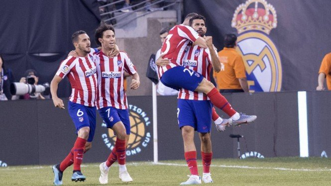 Para pemain Atletico Madrid merayakan gol.