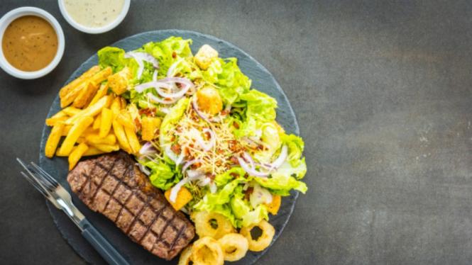 Steak dan kentang goreng.