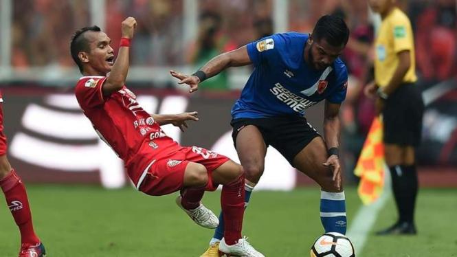 Pemain PSM Makassar, Zulham Zamrun, dan pemain Persija, Riko Simanjuntak.