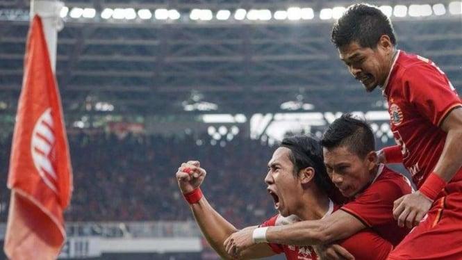 Para pemain Persija Jakarta merayakan gol Ryuji Utomo (kiri)
