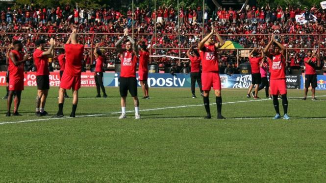 Pemain PSM Makassar menghibur penonton karena ditundanya laga melawan Persija