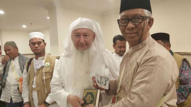 Nazir Baitul Asyi, Syeikh Abdul Latif Baltou (kiri) menyerahkan dana wakaf.