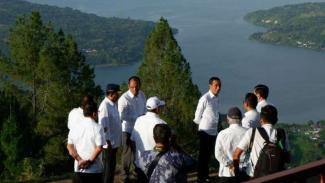 Presiden Joko Widodo mengunjungi Danau Toba, Sumatera Utara.