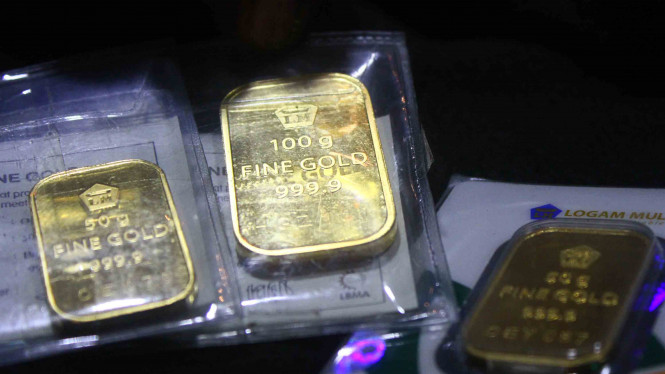Emas batangan untuk investasi di sebuah gerai emas di Malang, Jawa Timur.