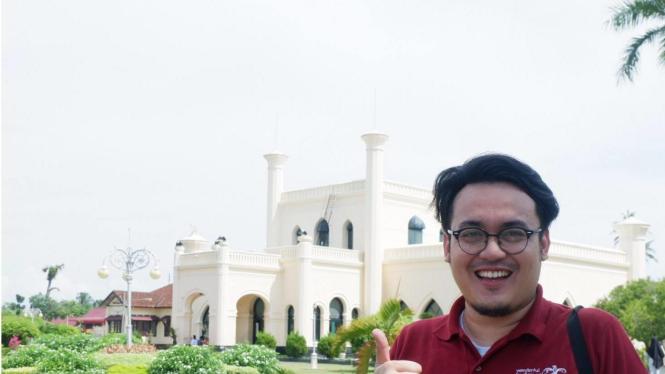 Penulis berpose di halama Istana Kesultanan Siak Sri Indrapura.