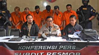 Kabid Humas Polda Metro Jaya Kombes Raden Prabowo Argo Yuwono (tengah)
