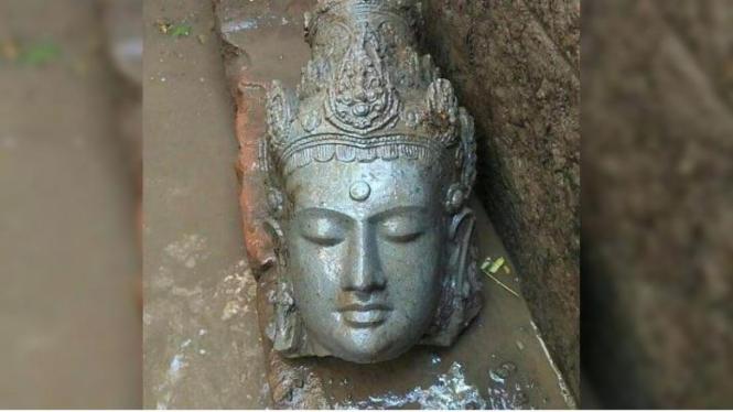 Potongan kepala arca Boddhisattva di situs Adan-adan Kediri ditemukan pada saat ekskavasi tahap 4 Puslit Arkenas. Arca Boddhisattva merupakan perwujudan Budha pada masa itu. Arca ini terlihat tenang bermeditasi dengan mata terpejam.